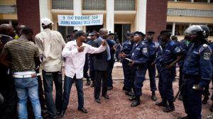 diomi ndongala face a la police devant la CENI. MANIFESTATION POUR PUBLICATION FICHIER ELECTORAL